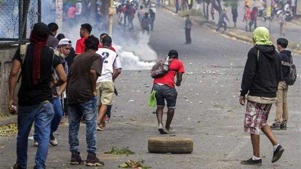proteste in nicaragua - studenti in strada lanciano pietre